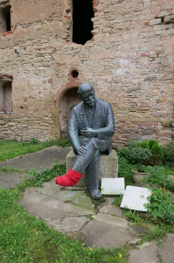 Von Geraer Kabaretisten von der Entsorgung gerettet und mit passendem Fußwärmer versehen: Lenin-Statue aus der Geraer Innenstadt, nun auf dem Hofe des Stadtschlosses  zu betrachten.  (Foto Gudrun Peters 2014)